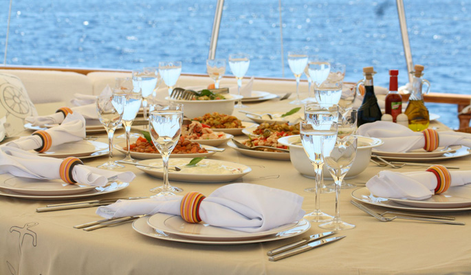 Unbeatable fine dining al freso on deck with views of the glittering Aegean