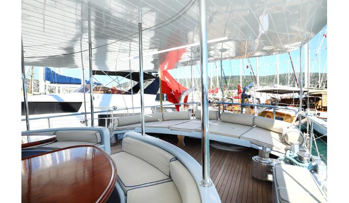 Flybridge sofa seating