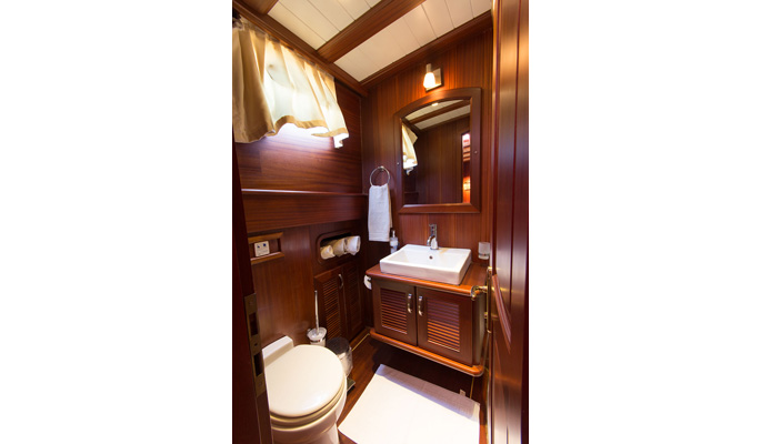 Stylish en suite bathrooms with shower/ WC