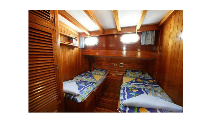 2 of the cabins have twin beds and en suite bathtub/ WC
