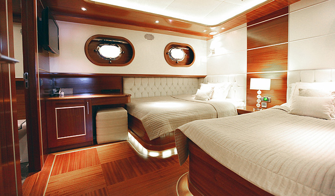 2 spacious and high ceilinged twin cabins