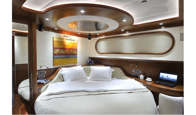 2 luxurious double cabins with circular beds