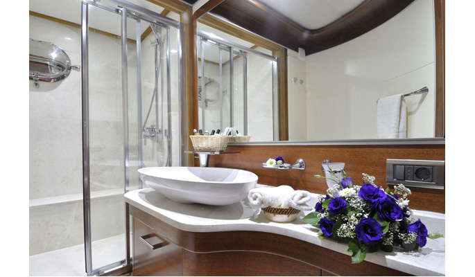 Spacious en suite bathroom with modern fittings