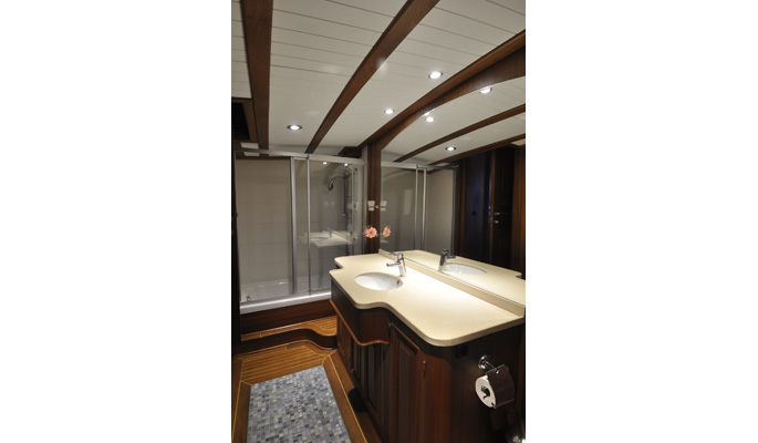 Large en suite bathroom with bathtub
