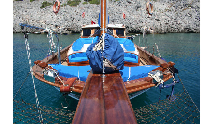 Gemibasi with sunbathing cushions and foredeck seating area