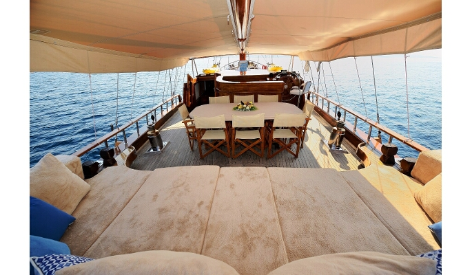 Forward deck with lounge area
