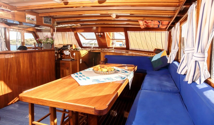 Saloon with dining area, bar & galley
