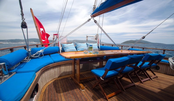 Dining and relaxing on a Grandi gulet cruise