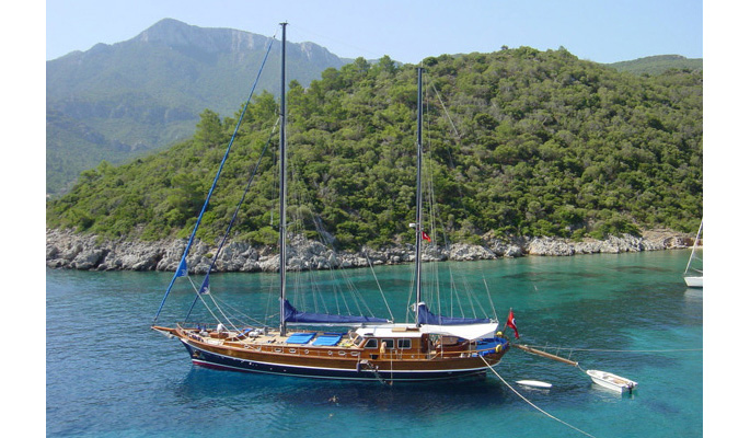 Kaptain Sevket on anchor in an idyllic Aegean bay