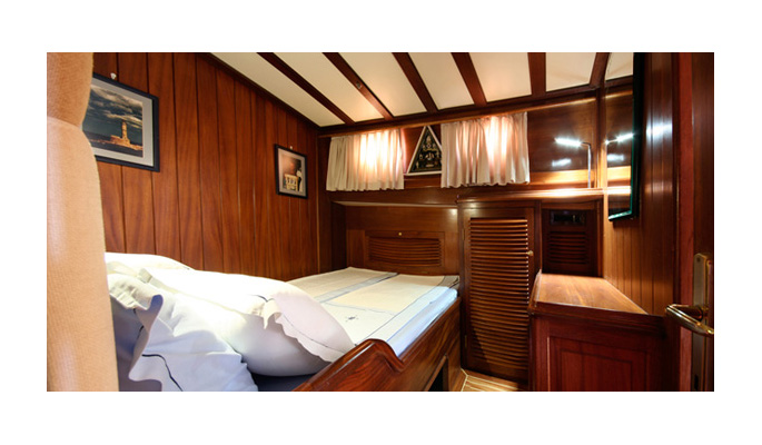 All 6 double cabins are high ceilinged each with en suite shower/WC