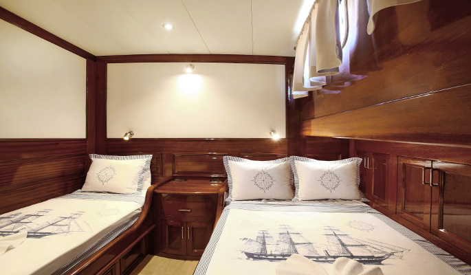 En suite master cabin with Radio/CD player/DVD/MP3/TV and mini bar