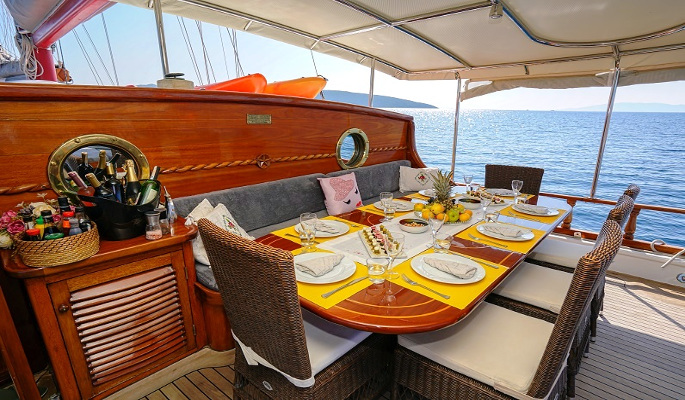 Aft deck seating and al fresco dining