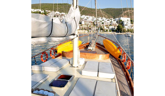 Sunbathing cushions on deck and foredeck seating area