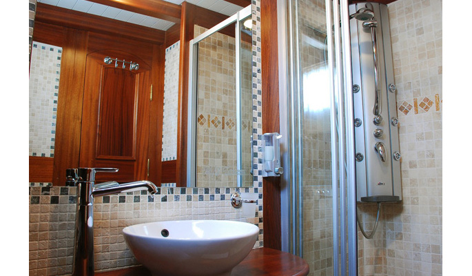 En suite marbled tiled bathrooms with hydro massage showers