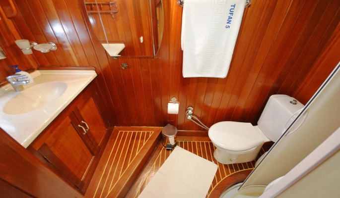 Aft master cabin with en suite, sofa and A/C
